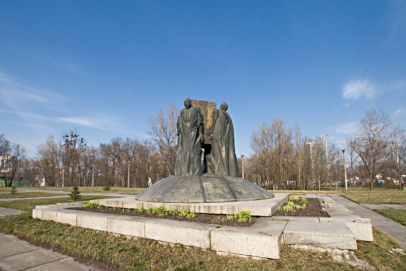 Памятник возле факультета кибернетики университета Шевченко