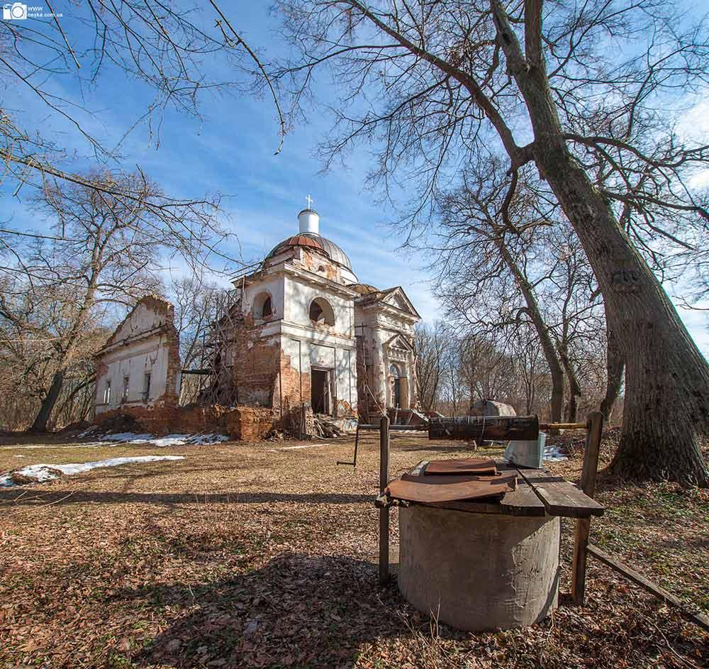 Радьковка. Руины Вознесенской церкви с колодцем