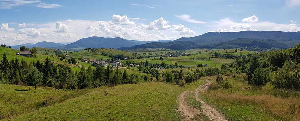 Карпатское село в долине